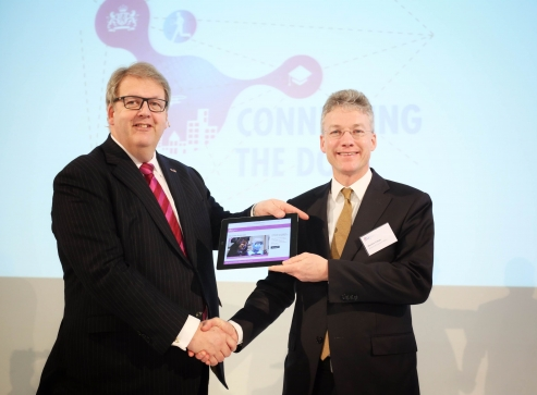 foto aanbieding aan Maarten Camps, secretaris-generaal ministerie EZ