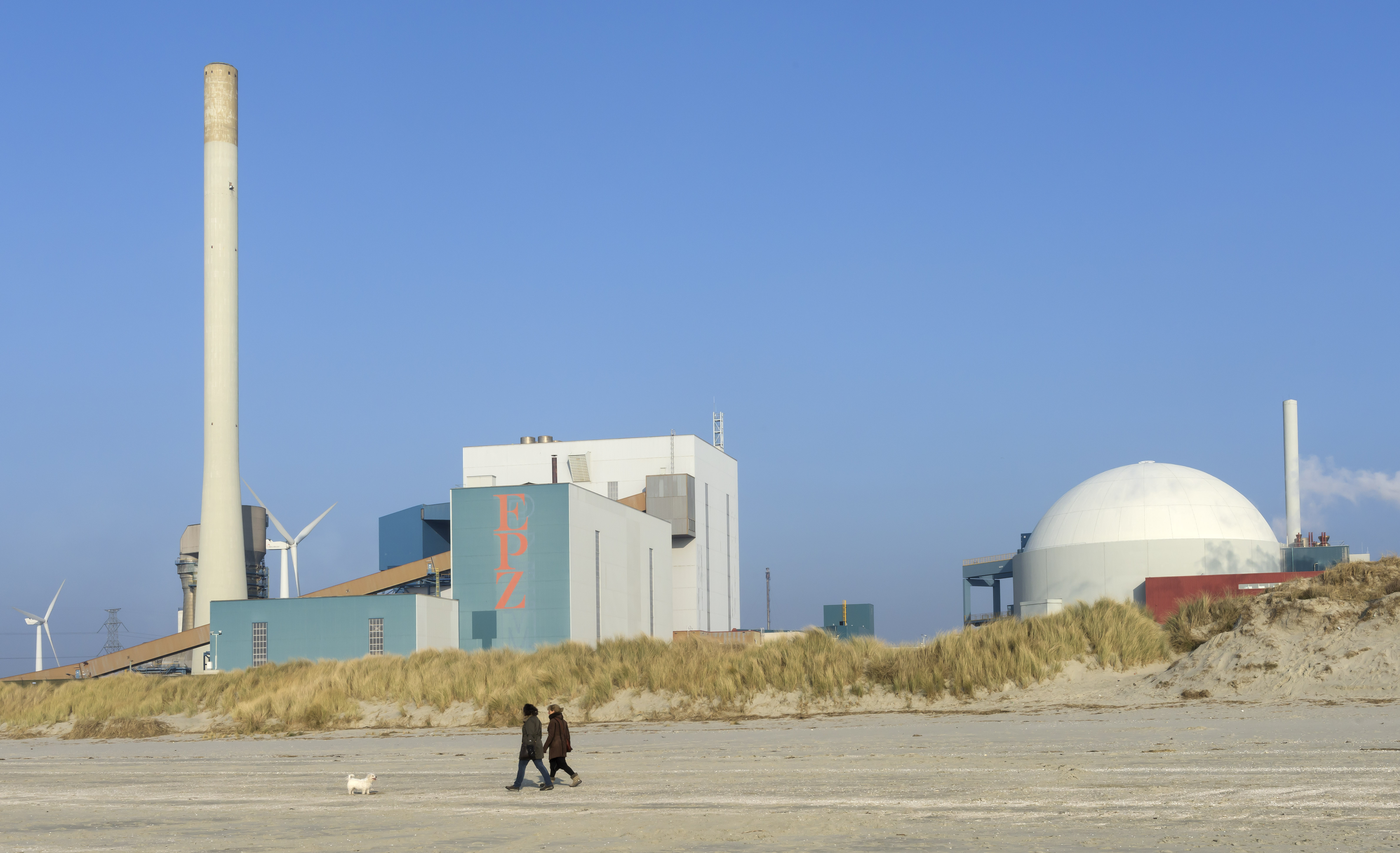 Nuclear power station and wind turbines for renewable energy on the Westerschelde estuary, province of Zeeland / photo: ANP