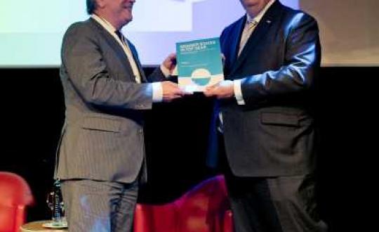 Photo of Rli chairman Henry Meijdam handing over the report