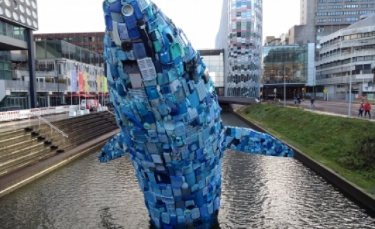 Plastic whale in the Catharijnesingel (a canal in the Dutch city of Utrecht), positioned opposite the Tivoli Vredenburg music centre. This whale was constructed from 5 tonnes of plastic litter found in the ocean near Hawaii and was designed by StudioKCA (photograph by Evert-Jan Pol)