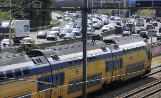 Hollandse Hoogte - Peter Hilz - Rush hour orbital motorway Rotterdam (A20).