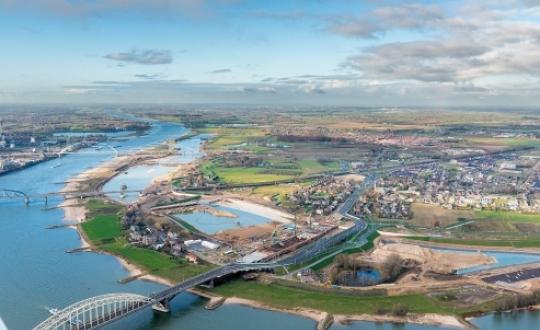 Photo: Spiegelwaal, Nijmegen, an example of a complex regional challenge: urban development, flood risk management, infrastructure and landscape quality | © Thea van den Heuvel /DAPh